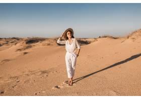 走在白色成套装备的沙漠沙子的时髦的美丽的_14105419