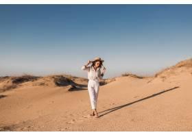 走在白色成套装备的沙漠沙子的时髦的美丽的_14105431