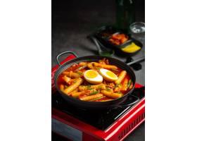 在黑委员会背景的俗气tokbokki韩国传统食物_13902856
