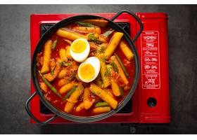 在黑委员会背景的俗气tokbokki韩国传统食物_13902860