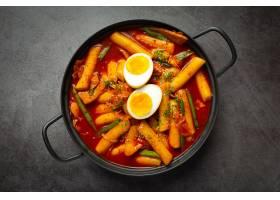 在黑委员会背景的俗气tokbokki韩国传统食物_13902862