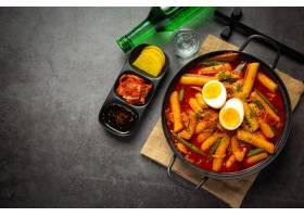 在黑委员会背景的俗气tokbokki韩国传统食物_13902865