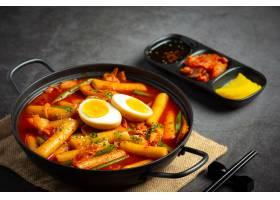 在黑委员会背景的俗气tokbokki韩国传统食物_13902867