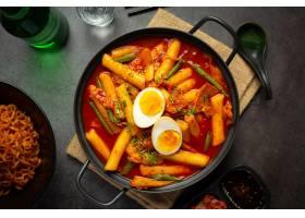 在黑委员会背景的俗气tokbokki韩国传统食物_13902871