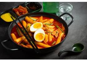 在黑委员会背景的俗气tokbokki韩国传统食物_13902875