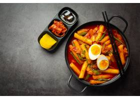 在黑委员会背景的俗气tokbokki韩国传统食物_13902877