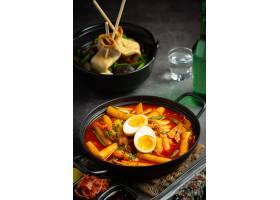 在黑委员会背景的俗气tokbokki韩国传统食物_13902879