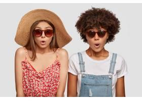 夏季期间震惊的情感妇女在度假胜地旅行_13760949