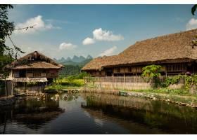 建筑美好的射擊在池塘附近的在藍天下_14377713