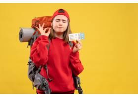 拿著旅行票的正面圖女性背包徒步旅行者做好_14204888