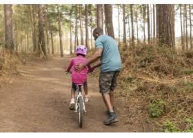 父亲准备他的孩子骑自行车骑_13761838