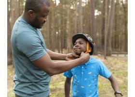 父亲准备他的孩子骑自行车骑_13761842