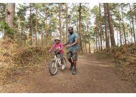 父亲准备他的孩子骑自行车骑_13761850