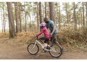 父亲准备他的孩子骑自行车骑_13761854