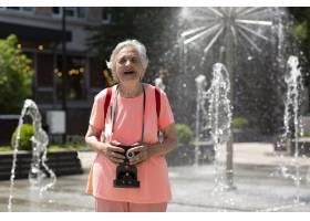 獨自旅行的年長婦女在夏天_16189074