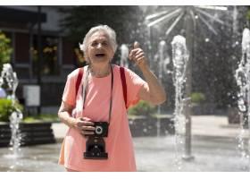 獨自旅行的年長婦女在夏天_16189075