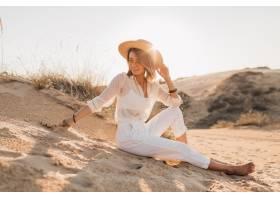時髦的美麗的婦女在沙漠海灘沙子在白色成套_14105485