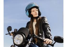 年轻女子骑摩托车_13841059