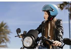 年轻女子骑摩托车_13841063