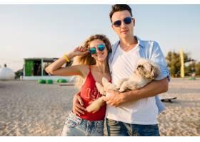 年輕有吸引力的微笑的夫婦獲得樂趣在使用與_13977741