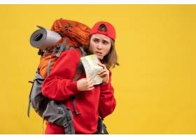 拿著旅行地圖的正面圖女性背包客_14204852