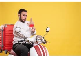 与年轻旅行的人的旅行概念坐有手提箱的摩托_14892088