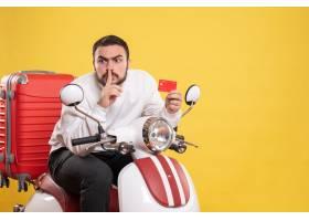 与年轻旅行的人的旅行概念坐有手提箱的摩托_14892094