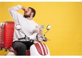 与年轻旅行的人的旅行概念坐有手提箱的摩托_14892099