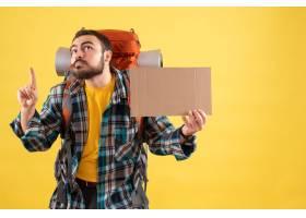 与年轻旅行的人的旅行概念有拿着板料的背包_14892076