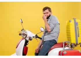 与年轻有胡子的人的旅行概念坐摩托车在它在_13578886