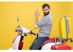 与年轻确信有胡子的人的旅行概念坐摩托车在_13578899