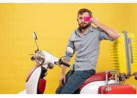 与年轻确信的有胡子的人的旅行概念坐摩托车_13578895