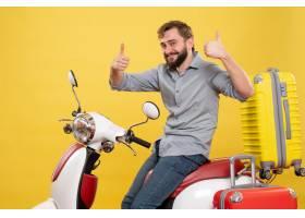 与年轻确信的有胡子的人的旅行概念坐摩托车_13578897