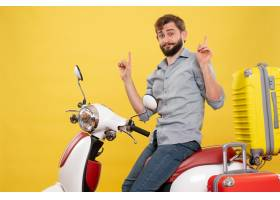 与年轻确信的有胡子的人的旅行概念坐摩托车_13578901