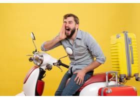 与年轻神经情感有胡子的人的旅行概念坐摩托_13578957