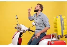 与年轻被聚焦的有胡子的人的旅行概念坐摩托_13578952