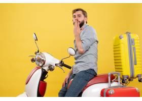与年轻被聚焦的有胡子的人的旅行概念坐摩托_13578953