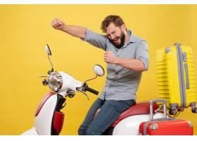 与年轻骄傲的有胡子的人的旅行概念坐摩托车_13578959
