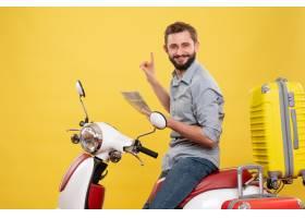 与微笑的年轻人的旅行概念坐有手提箱的摩托_13578864