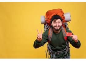 与微笑的年轻人的旅行概念有背包和拿着在黄_13578853