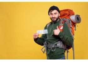 与微笑的年轻人的旅行概念有背包和拿着票的_13578857