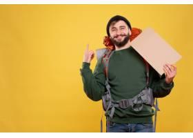 与微笑的年轻人的旅行概念有背包的和指向写_13578859