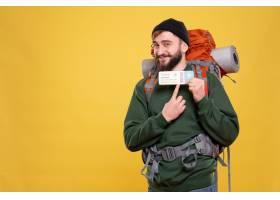 与微笑的年轻人的旅行概念有背包的和指向在_13578860