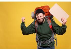 与愉快的情感年轻人的旅行概念有背包和拿着_13578840
