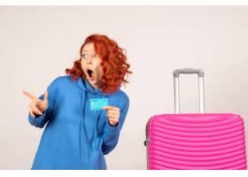 与桃红色袋子和拿着银行卡片的正面图女性游_13903909
