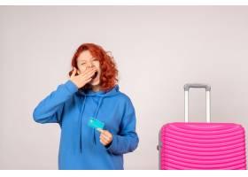 与桃红色袋子和拿着银行卡片的正面图女性游_13903910