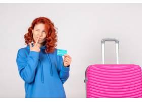 与桃红色袋子和拿着银行卡片的正面图女性游_13903913