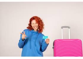 与桃红色袋子和拿着银行卡片的正面图女性游_13903916