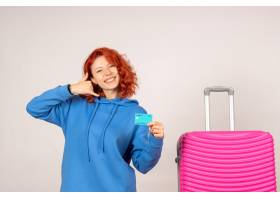 与桃红色袋子和拿着银行卡片的正面图女性游_13903917