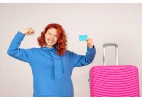 与桃红色袋子和拿着银行卡片的正面图女性游_13903918